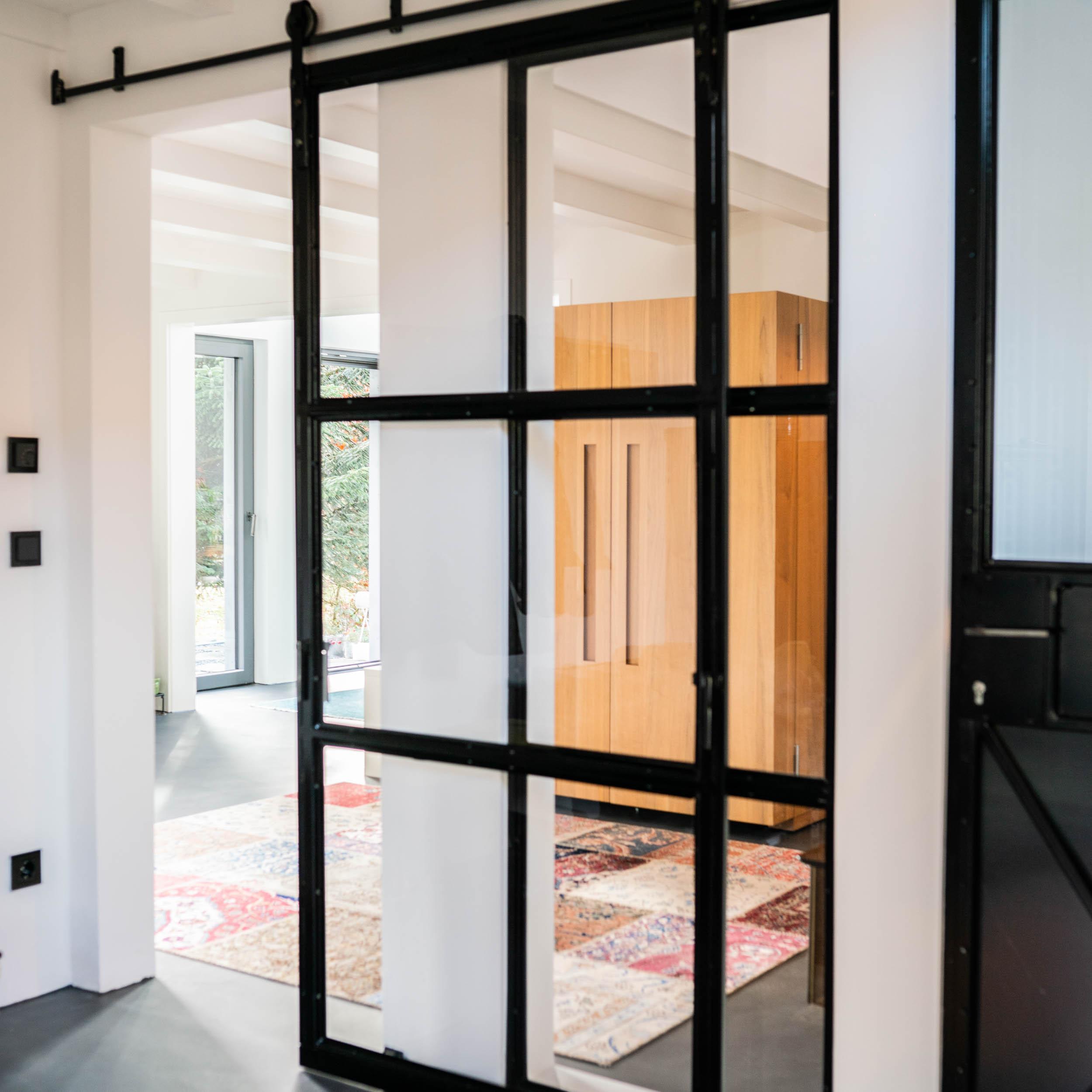 Industrial Interior - Schiebetür, Metallfenster und Raumteiler